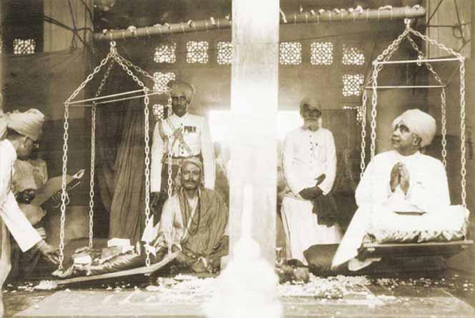 Maharaja pesandose en oro