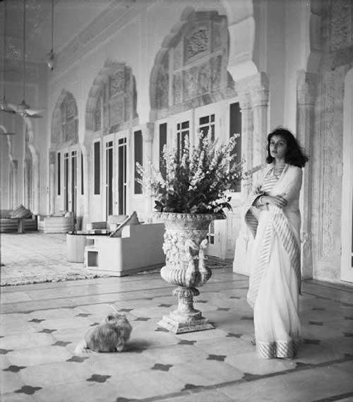 Gayatri Devi en su palacio en 1940