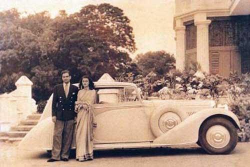 La pareja con su Bentley al fondo