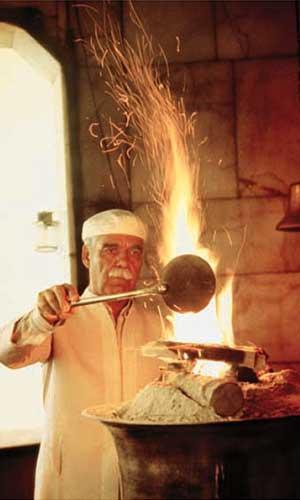 Sacerdote atendiendo un fuego consagrado en un templo